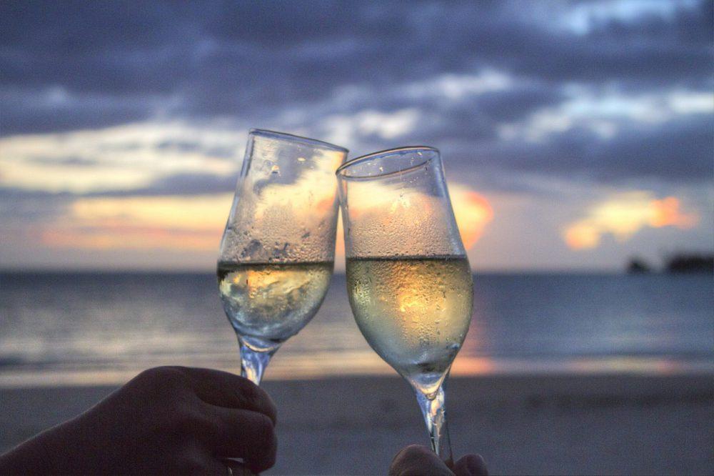 2 proostende champagne glazen
