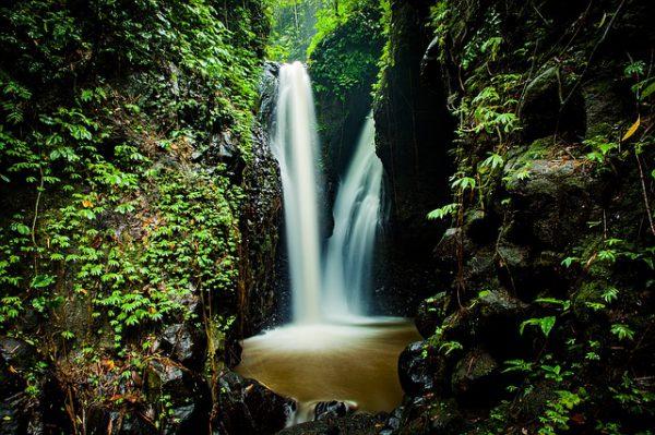 waterval in de tropen